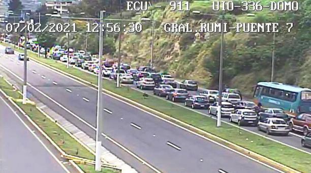 Una larga fila de vehículos se registra a la altura del Puente 7 a causa del accidente. Foto: Twitter / ECU 911 Quito