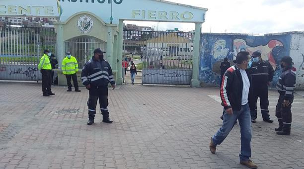 Agentes de control del Municipio de Tulcán fueron desplegados en las afueras de los recintos electorales para el control de ventas ambulantes. Foto: Cortesía Municipio de Tulcán