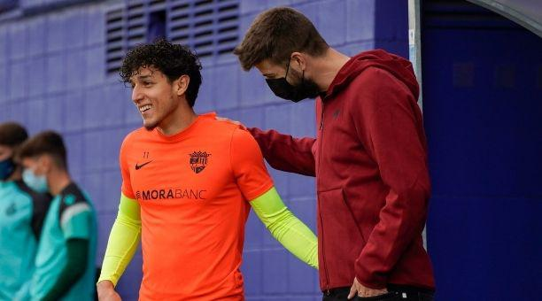 Kike Saverio (izq.) mantiene una conversación con Gerrard Piqué, dueño del FC Andorra
