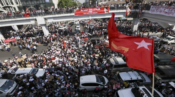 Los civiles en Birmania han realizado una huelga general el lunes 8 de febrero del 2021, en protesta contra una junta militar que se tomó la Presidencia del país. Fotos: EFE