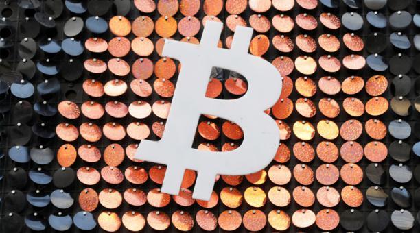 Foto del domingo del logo de Bitcoin en un comercio en Marsella, Francia.