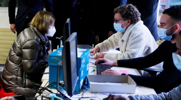 Francia dispuso que desde el lunes 8 de febrero del 2021, el uso de mascarillas es obligatorio para estudiantes en planteles educativos, ante propagación de variantes del coronavirus. Foto: EFE