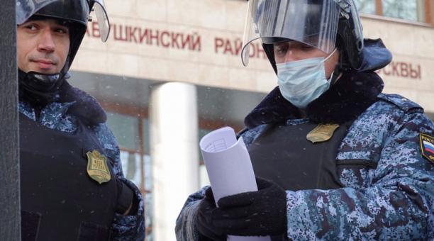 Dos policías rusos hacen guardia ante el Tribunal de Moscú, Rusia, que sentenció al opositor Alexéi Navalni a una pena de prisión. Foto: EFE