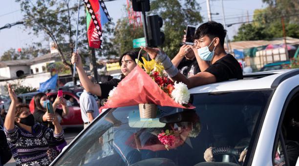 Personas despiden este 8 de febrero del 2021 el féretro del malabarista  Francisco Martínez, muerto a tiros por un carabinero. Foto: EFE.