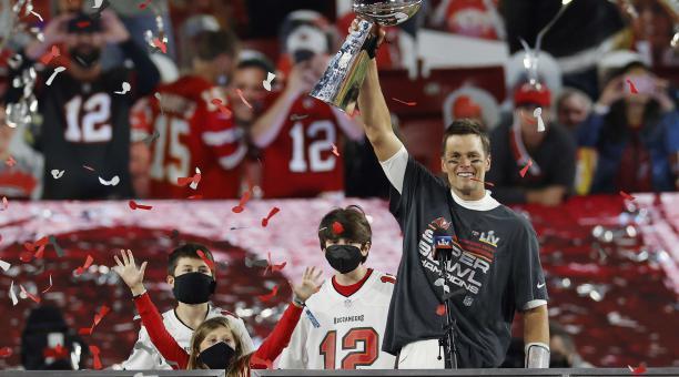 El mariscal de campo de los Tampa Bay Buccaneers, Tom Brady, celebra con el Trofeo Vince Lombardi mientras está de pie con los niños (LR) Benjamin, Vivian y Jack después de que los Buccaneers ensordecieran a los Kansas City Chiefs para ganar el Super Bowl