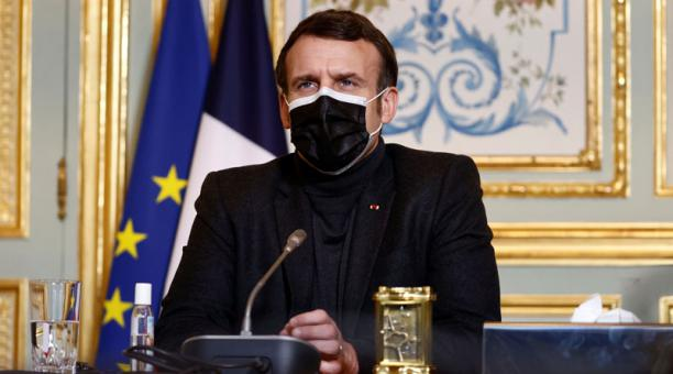 El presidente francés Emmanuel Macron, con una máscara protectora, asiste a una reunión por videoconferencia con el director general de la Organización Mundial de la Salud (OMS), Tedros Adhanom Ghebreyesus. Foto: EFE