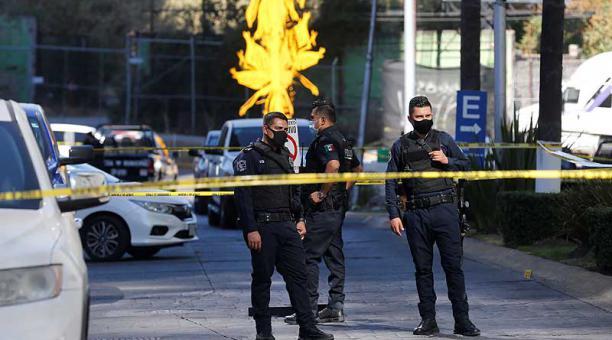 La policía acordonó la zona donde se registró el enfrentamiento entre un grupo armado, en Zapopan, Jalisco. Foto: EFE