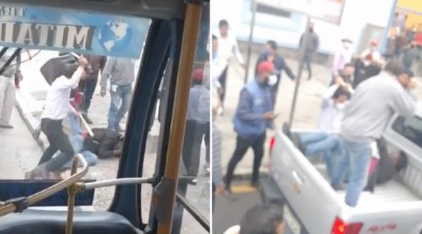 El individuo trata de huir y se sube en el balde de una camioneta de color gris, pero la gente continúa golpeándolo.