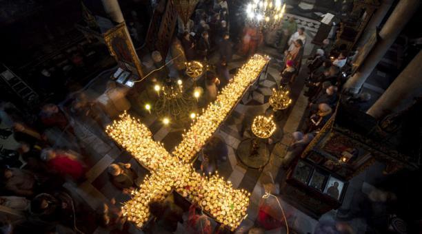 En Bulgaria, los religiosos búlgaros ofrecen miel milagrosa para combatir al covid-19. Foto: EFE