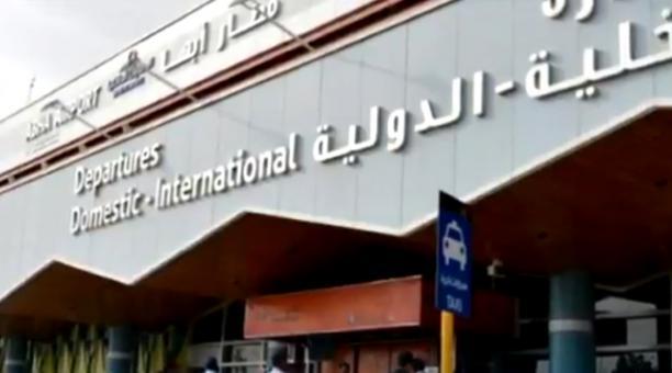 Un avión civil fue incendiado en el Aeropuerto de Abha, tras un ataque que la coalición árabe atribuye a los hutíes. Foto: Captura de pantalla