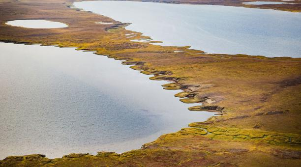 Lago termokárstico en Alaska, formado cuando el permafrost se descongela. Foto: NASA