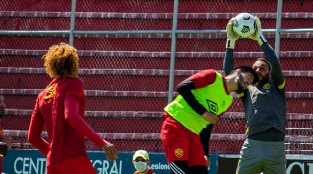 Ronnie Carrillo intenta cabecear al arco defendido por el golero Damian Frascarelli, en un entrenamiento de Aucas. Foto: @Aucas45