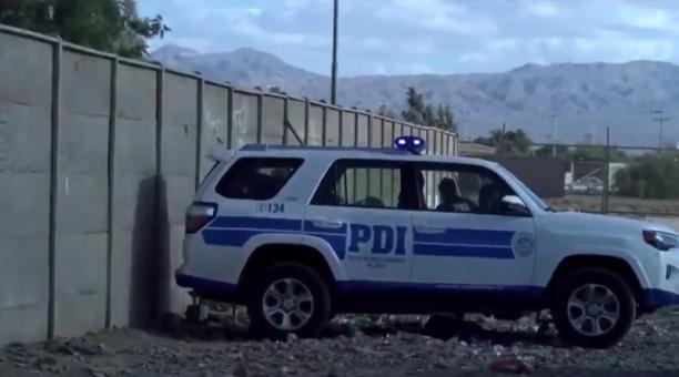Funcionarios del Servicio Médico Legal de Calama denunciaron que dos uniformados dejaron supuestamente tirado en el suelo, a las puertas de la institución, a un hombre de nacionalidad boliviana gravemente herido. Foto: Captura