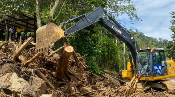 Organismos de socorro trabajan en la zona afectada para despejar los escombros acumulados. Foto cortesía Municipio Santo Domingo.