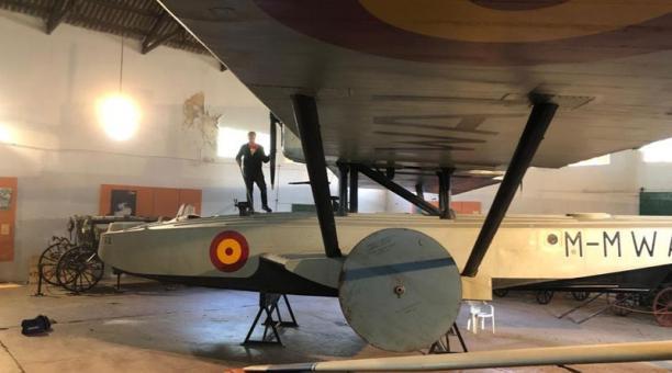 El piloto Santiago Garibotti, uno de los voluntarios en las tareas de conservación del avión Plus Ultra, en el Museo del Transporte de la ciudad bonaerense de la localidad bonaerense de Luján. Foto: EFE