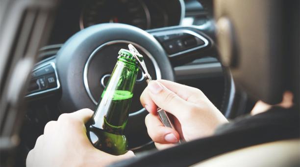 La lista, que en actores y otro tipo de artistas puede ser interminable, pone en evidencia la necesidad de entender que la conducción bajo el consumo de alcohol es un grave delito social tanto para famosos como para todos los públicos. Foto: Pexels
