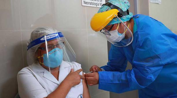 Perú recibió el 9 de febrero del 2021 sus primeras 300 000 vacunas contra el covid-19. Foto: EFE / Agencia Andina