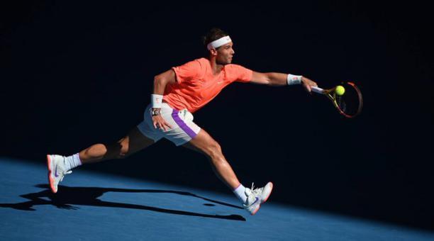 Rafael Nadal responde a una jugada durante su partido ante el estadounidense Michael Mmoh. Foto: Tomado de Twitter