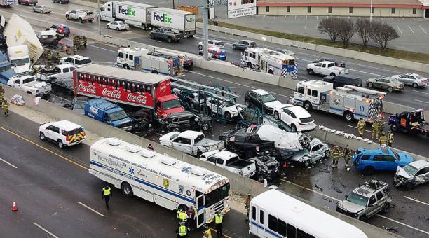 Accidente múltiple se registró en EE.UU. Por lo menos cinco personas murieron.