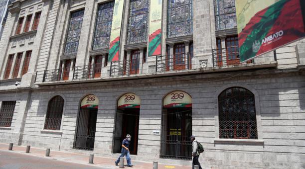 Las obras se exhibirán en tres salones del edificio del Municipio de Ambato. Foto: Glenda Giacometti/ EL COMERCIO.