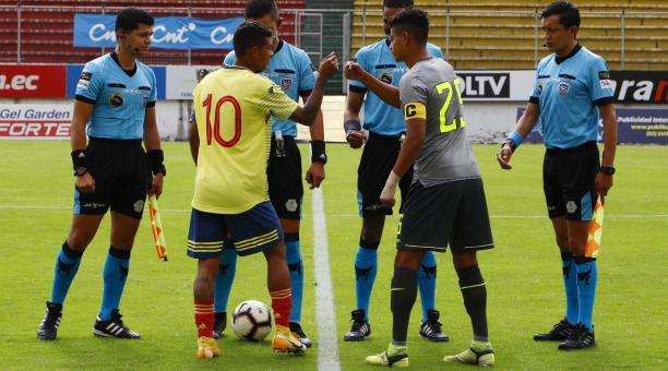 Los jugadores de Ecuador y Colombia saludan en un amistoso internacional Sub 20 disputado en el estadio Gonzalo Pozo Ripalda: Foto: La Tri