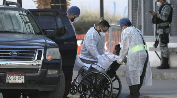 Empleados de la salud ingresan a un paciente de covid-19 en el Hospital General de la fronteriza Ciudad Juárez, en el estado de Chihuahua. Foto: EFE