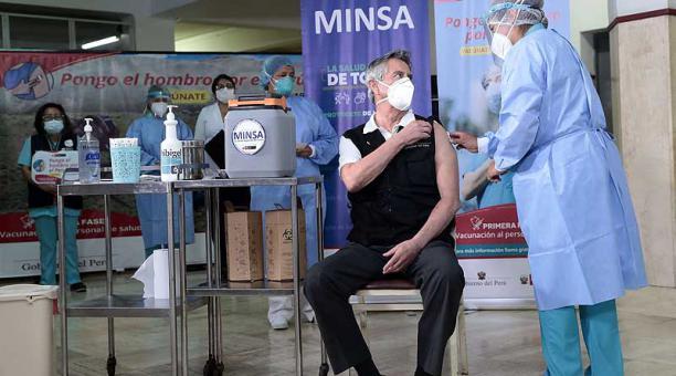 El presidente de Perú, Francisco Sagasti, recibió el 9 de febrero del 2021 la primera dosis de la vacuna china Sinopharm. Foto: EFE / Presidencia de Perú