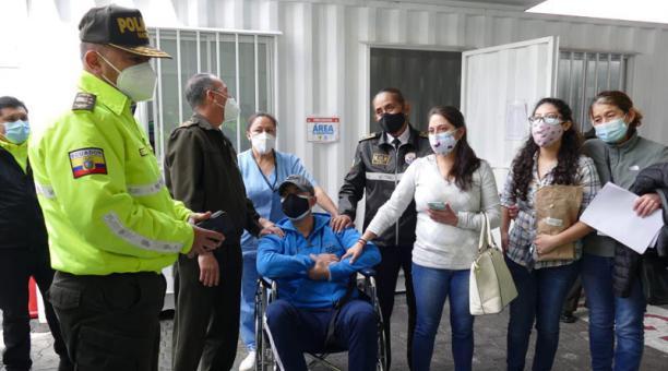 Este 12 de febrero del 2020, el capitán de Policía Pablo Villafuerte fue dado de alta. El resultó herido el 22 de enero pasado, mientras participaba en un operativo que se ejecutaba en el sur de Quito. Foto: Policía.