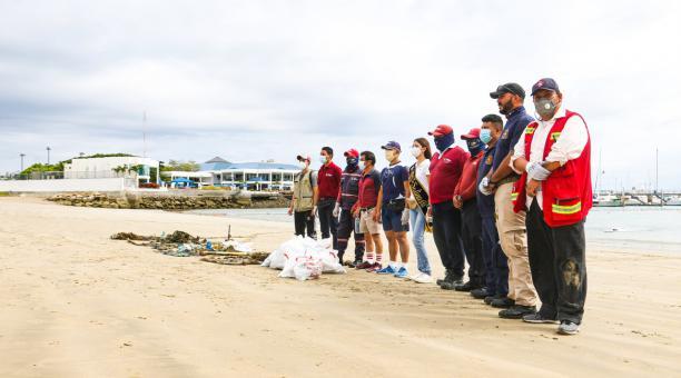 En Salinas se realizó una minga de limpieza bajo mar este viernes 12 de febrero, previo a la llegada de turistas por el feriado. Foto: cortesía Alcaldía de Salinas