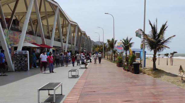 El aforo en los centros de diversión se permitirá hasta el 50% de su capacidad y se harán controles a través de la Policía Municipal, especialmente en el balneario de Las Palmas. Foto: Marcel Bonilla / EL COMERCIO