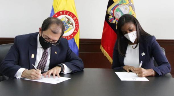 Los fiscales de Colombia y Ecuador se reunieron este viernes 12 de febrero del 2021 para la entrega de información encontrada en los dispositivos de alias 'Uriel', del ELN, en el marco de la cooperación penal entre ambos países. Foto: Captura Twitter de l
