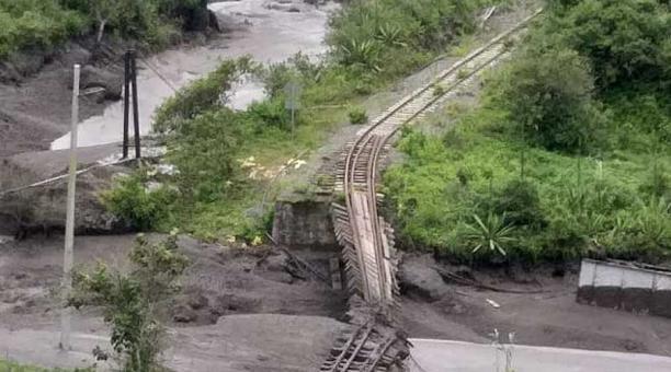 La antigua vía del tren, que conectaba Chunchi con Huigra, en el sitio La Armenia, fue destruida por el deslizamiento que se produjo ayer, 12 de febrero. Foto: cortesía del ECU-911