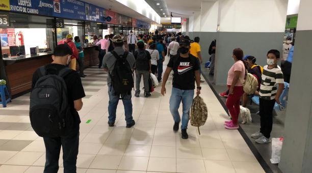 Los viajeros, con maletas y bultos, llegaban este 12 de febrero del 2021 a la Terminal Terrestre de Guayaquil en su mayoría a comprar boletos con destino a los balnearios de la provincia de Santa Elena y para cantones de Manabí. Foto: Enrique Pesantes / E