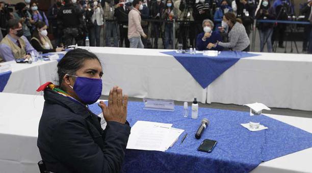 Yaku Pérez (Pachakutik), ayer, 12 de febrero del 2021, en la reunión en el CNE. Al fondo aparece el candidato de Creo-PSC, Guilermo Lasso. Foto: Eduardo Terán/ EL COMERCIO
