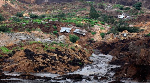 En el sector de La Armenia, en Chunchi, una parte del cerro se deslizó y ocasionó el represamiento del río Guatagsí.