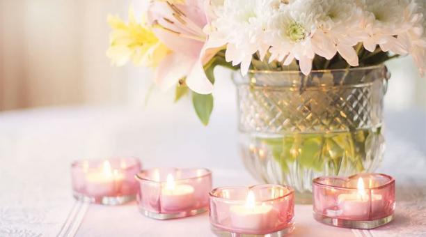 Arreglos florales y velas son las opciones para decorar el hogar durante San Valentín.