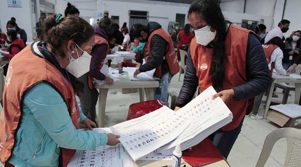 La junta electoral de Pichincha pasó de 52 a 75 mesas escrutadoras para la revisión. Foto: Diego Pallero / EL COMERCIO