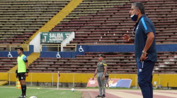 Santiago Escobar dirige a sus pupilos, durante el juego amistoso del pasado miércoles ante Aucas, en el estadio Atahualpa. Foto: cortesía de Universidad Católica