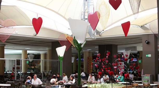 En el centro comercial El Jardín se colocó decoración alusiva a San Valentín como globos, corazones, luces. Foto: Julio Estrella / EL COMERCIO