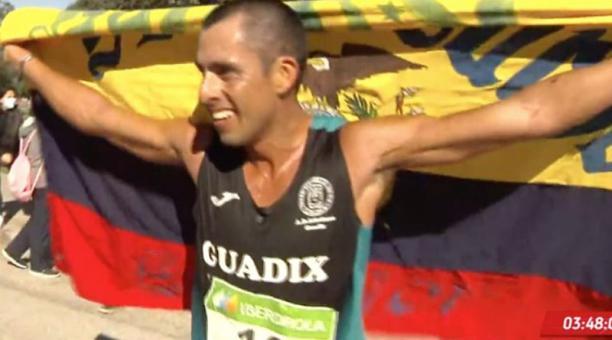 Claudio Villanueva, de 32 años, alcanzó la marca mínima para los Juegos Olímpicos en los 50 Km marcha. Foto de la cuenta Twitter @DeporteEc