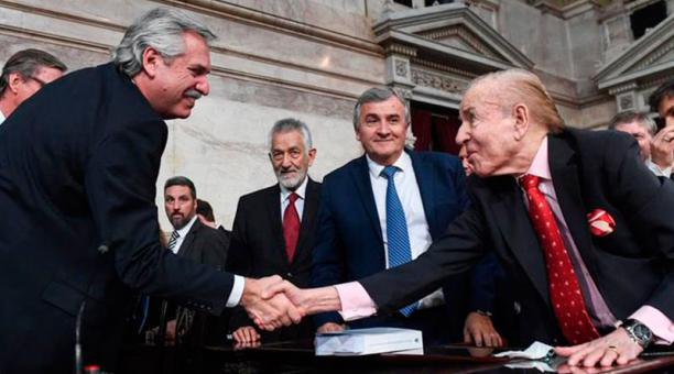 El presidnte de Argentina Alberto Fernández frente al exmandatario Carlos Menem, quien falleció este 14 de febrero del 2021.