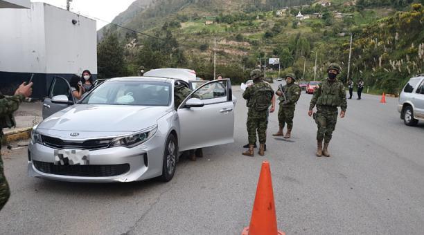 En el sector de El Descanso, de la vía Cuenca-Gualaceo, los militares realizan chequeo integral de los vehículos para identificar sustancias sujetas a fiscalización y armas. Foto: Lineida Castillo/ EL COMERCIO.