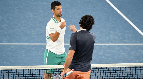 Novak Djokovic (izq.) saluda con Milos Raonic después del partido en el Abierto de Australia el 14 de febrero del 2021. Foto: EFE