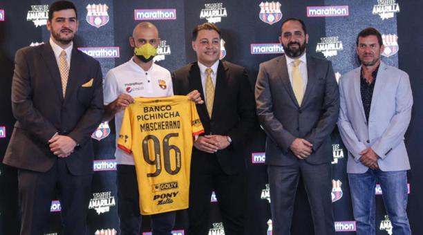 Javier Mascherano con la plana mayor del Barcelona SC. El argentino reforzará a los canarios en la Noche Amarilla el 14 de febrero del 2021. Foto: Twitter @BarcelonaSC