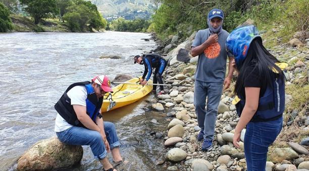 En el cantón Paute, provincia de Azuay, visitantes practicaron kayak con acompañamiento de operadoras de turismo. Foto: Lineida Castillo/ EL COMERCIO.