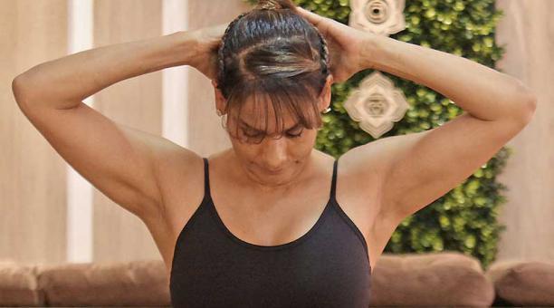 El dolor cervical se previene con ligeros masajes. Para eso utilice las yemas de los dedos. Mueva la cabeza hacia adelante y atrás.