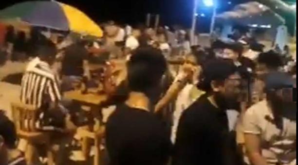 Un video muestra a varias personas bailando y bebiendo en el balneario de Montañita. Foto: captura