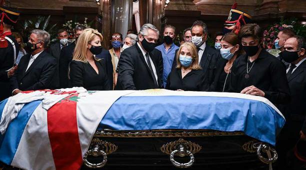 El féretro de Carlos Menem fue recibido con aplausos y vítores por las personas que a pesar de la lluvia se congregaron a las puertas del Congreso para despedir al expresidente. Foto: EFE / Senado Argentina