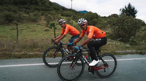 Jhonatan Narvaéz (der.) y Richard Carapaz, ambos del poderoso Team Ineos, durante una práctica en Ecuador. La imagen se publicó el 1 de febrero del 2021 en la cuenta Twitter @RichardCarapazM