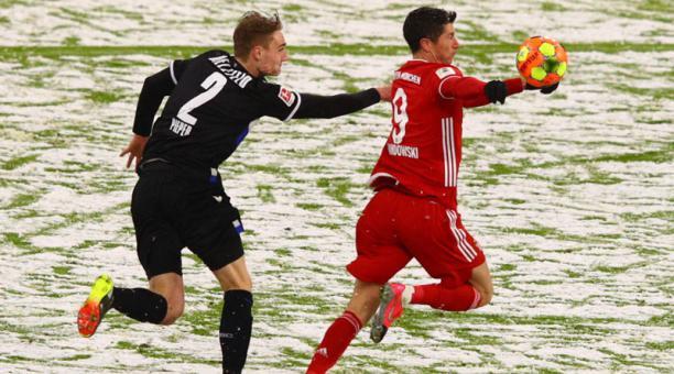 Amos Pieper, del Bielefeld,  disputa la pelota ante Robert Lewandowski del Bayern el 15 de febrero del 2021. Foto: EFE
